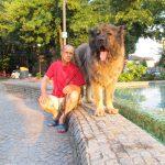 Titan Caucasian Shepherd Champion avec son propriétaire